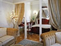 Античные колоны и шторы в декоре спальни-гостиной