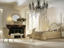 Большая хрустальная люстра для оформления классической спальни