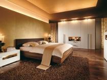 Навесной потолок с подсветкой в дизайне спальни