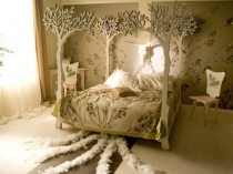 Декорирование кровати спальни стойками в виде деревьев