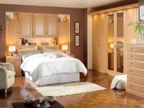Расположение мебели для хранения в нишах маленькой спальни