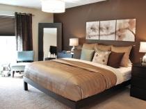 Дизайн спальни с отделкой стен однотонными обоями компаньонами