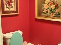 Окрашенные стены в туалетной комнате