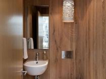 Отделка стен в туалета натуральным деревом