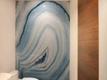Стильный интерьер туалетной комнаты с рисунком с виде природного камня в разрезе