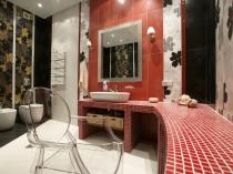 Красивый дизайн интерьера просторной туалетной комнаты
