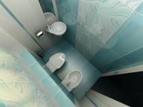 Маленькая туалетная комната в голубых тонах