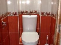 Красивый интерьер маленького туалета с умывальником
