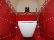 Красно-белая отделка стен в туалетной комнате керамической плиткой