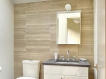 Оформление стены в туалетной комнате плиткой, имитирующей бамбуковую циновку