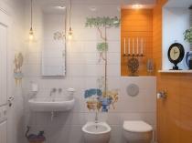 Сочетание ярко оранжевой и белой плитки с рисунком в туалетной комнате