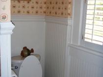 Как оформить стены туалетной комнаты обоями и пластиковыми панелями