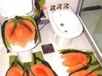 Декорирование туалета ковриками и чехлами в виде тюльпанов