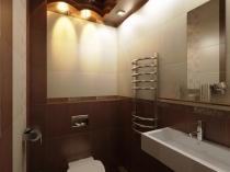 Интересное расположение светильников в туалетной комнате