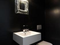 Светильник над зеркалом в туалетной комнате