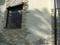 Рельефная штукатурка и камень в отделке дома