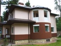 Окрашенная в два цвета фактурная штукатурка на фасаде дома