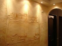 Фактурная штукатурка с гипсовой фреской в комнате