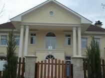 Отделка загородного дома с колонами штукатуркой