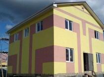 Комбинирование розовой и желтой штукатурки для отделки фасада