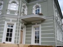 Отделка сложного фасада дома штукатуркой