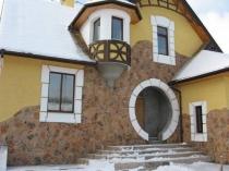 Оригинальная отделка фасада штукатуркой и камнем