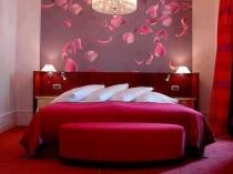 Красно-белая спальня для молодой пары с оформлением по фэн шуй