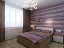 Оформление стены спальни сиреневыми обоями в полоску