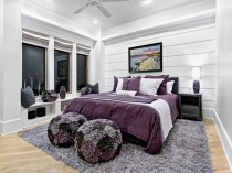 Яркий акцент на текстиль фиолетового цвета в белой спальне