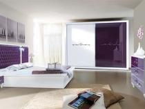 Сочетание фиолетового и белого цвета в дизайне мебели для спальни