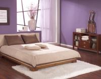 Сдержанный дизайн сиреневой спальни с однотонной отделкой стен