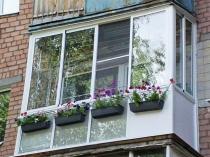 Французский балкон оформленный цветами