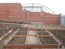Установка металлического каркаса теплицы на фундамент
