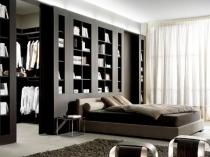 Система стеллажей для ограждения зоны гардеробной от помещения спальни