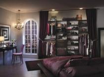 Узкая гардеробная за занавесом из штор в спальне