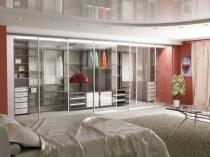 Зона гардеробной за стеклянными перегородками в спальне