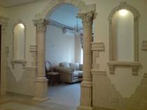 Оригинальное оформление коридора колонами и штукатуркой