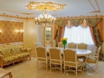 Классическая гостиная с отделкой потолка гипсовой штукатуркой и лепниной