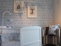Нежно-голубые обои в комнате для новорожденного