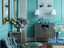 Голубые с бирюзой обои и серая мебель в гостиной