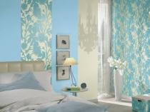 Интерьер спальни с акцентом на стены с желто-голубыми обоями