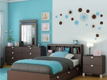 Светлые и темные голубые обои в спальне