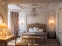 Идея декорирования потолка и стен спальни лепниной