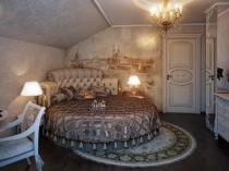 Идея художественного оформления стены спальни на мансарде