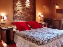 Использование кирпича и камня в идее декорирования спальни