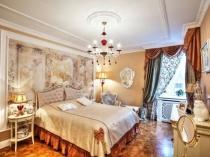 Идея декорирования стены у изголовья кровати в спальне