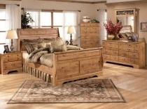 Деревянная мебель в интерьере спальни колониального стиля