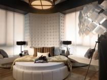 Современный интерьер спальни с большими окнами