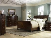 Массивная деревянная мебель в интерьере спальни