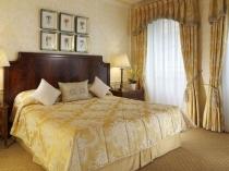 Единая фактура для текстиля и отделки стен в интерьере спальни